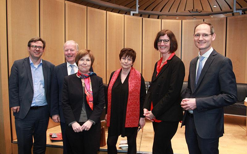 Auf dem Foto (v.l.n.r.): Dr. Martin Rosemann, MdB (SPD), Peter Weiß, MdB (CDU/CSU), Brigitte Gross (DRV-Bund), Moderatorin Dr. Ursula Weidenfeld, Dr. Constanze Schaal und Christof Lawall (beide DEGEMED). (Foto: Michael Brunner)