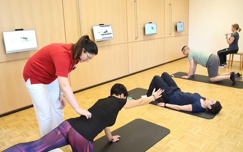 Julia Koch (links), leitende Physiotherapeutin im Klinikzentrum Bad Sulza bei der Behandlung im Caspar Health-Raum | Foto: Klaus Lohmann