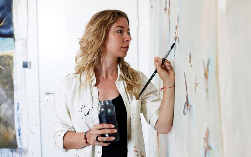 Linda Baum beim Malen
