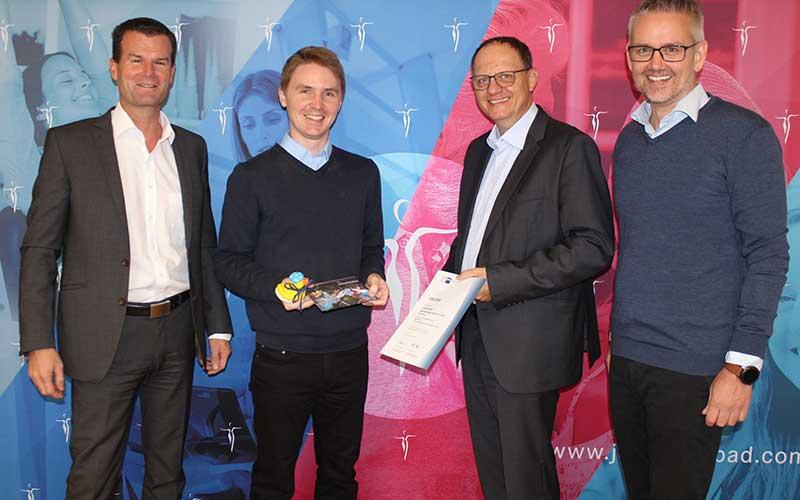 Johannesbad-Vorstand Werner Weißenberger (links), Karsten Fuchs, stellvertretender Klinikleiter der Johannesbad Fachklinik, und Jörg Henzen, Bereichsleiter Finance, gratulieren Markus Strell zu seiner Leistung als Prüfungsbesten (von rechts).