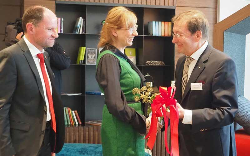 Schlüsselübergabe durch Architekt Adolf Hummel an die Hoteldirektorin Anja Bellersen und Geschäfts Hans-Martin Linn.