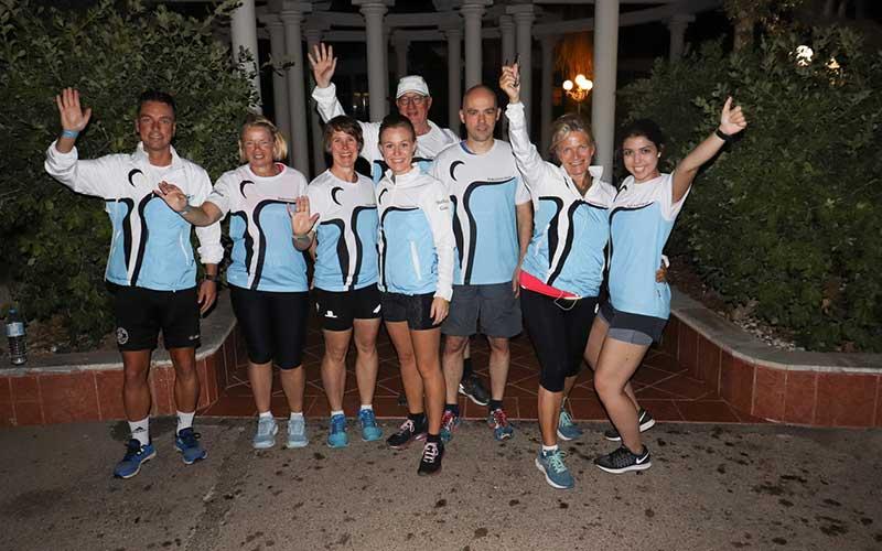 Sieben Läufer und Projektleiterin Christina Feuchthuber (rechts) freuen sich, ihr Ziel Palma-Marathon erreicht zu haben. Foto: Johannesbad