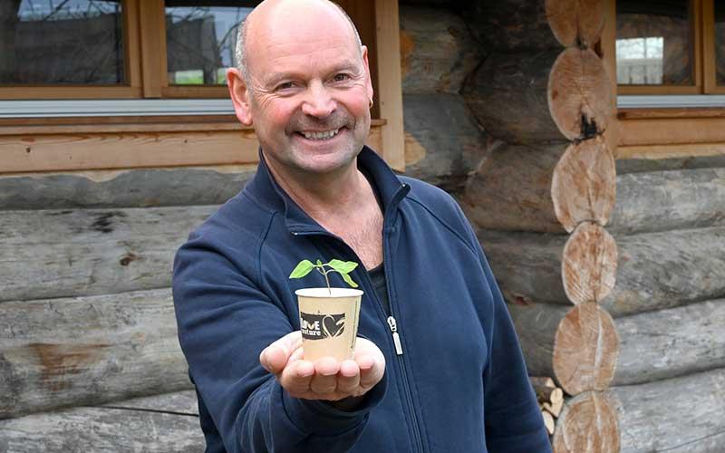 Saunameister Roland Müller stellt den neuen, PEFC-zertifizierten Trinkbecher vor, der vollständig biologisch abbaubar ist und sogar ein zweites Mal für die Anzucht von To-maten oder Blumen verwendet werden kann.  Foto: Obermain Therme
